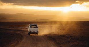 Sommerreifen und Winterreifen: Auto in der Wüste