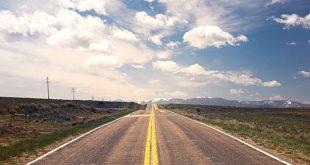 Sicheres Fahren: Landstraße mit bewölktem Horizont