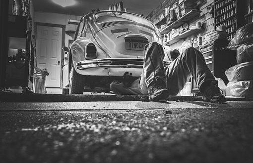Radwechsel: Automechaniker bei der Arbeit