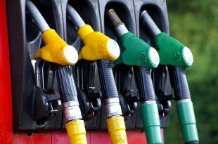 Fahrverbot für Dieselautos: Zapfventile für Benzin und Diesel.