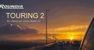 Roundia Touring 2: Werbefoto mit Straße zum Horizont und Sonnenuntergang.