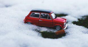 Schneeketten. Ein kleines rotes Auto